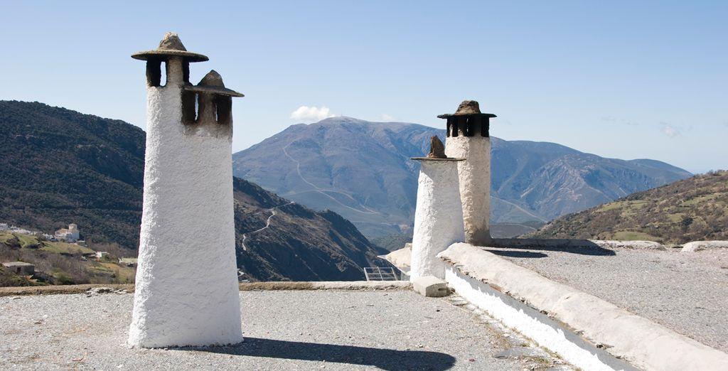 Emblemáticas chimeneas alpujarreñas sobre tejados de pizarra