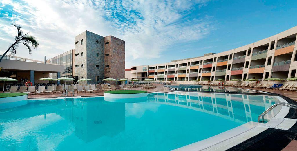 Refréscate en su gran piscina y disfruta del buen clima