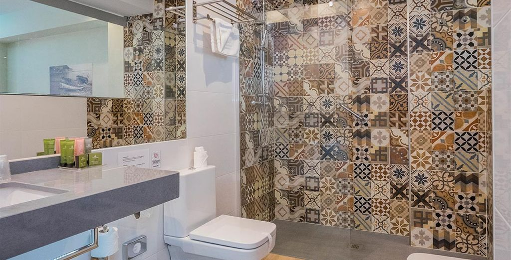 Y un baño moderno y equipado