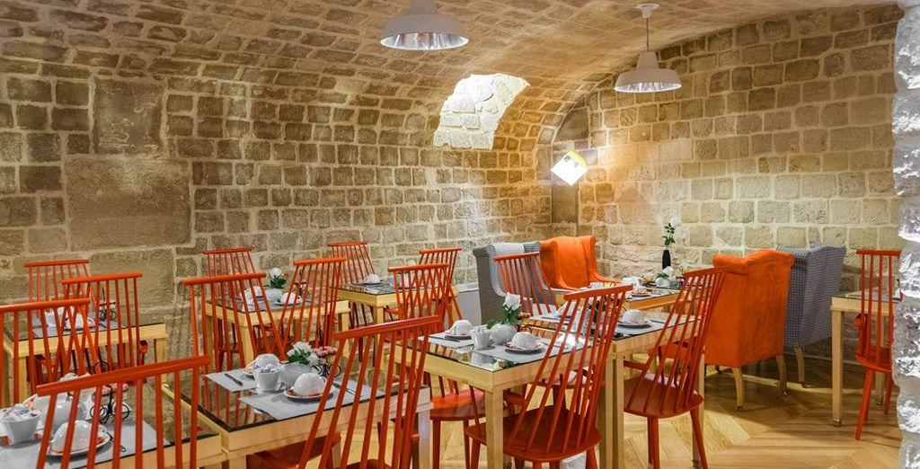 La bodega de piedra reformada se ha convertido en la sala de desayunos