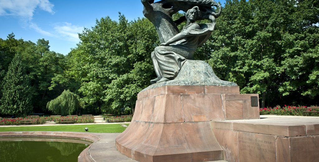 Admira la estatua de Chopin