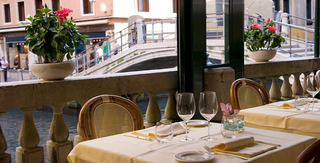 Disfruta de una exquisita gastronomía en el restaurante de la terraza