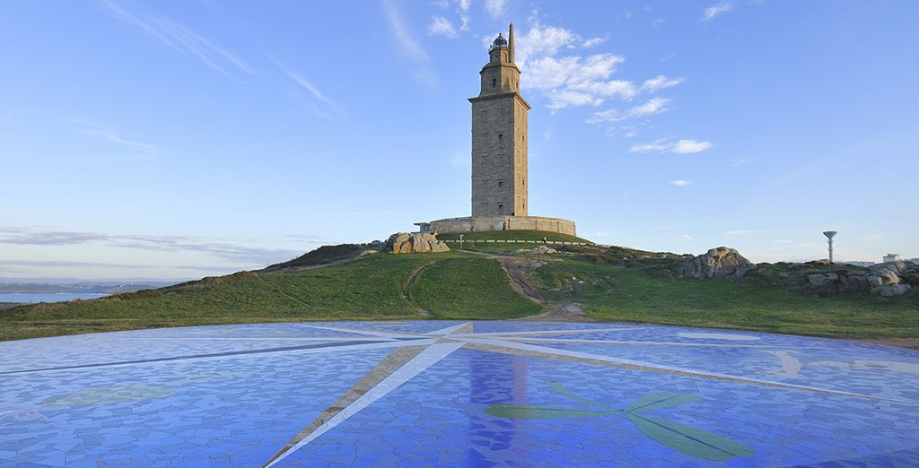 Escasa distancia separa el Hotel Hesperia Finisterre 5* y la Torre de Hércules