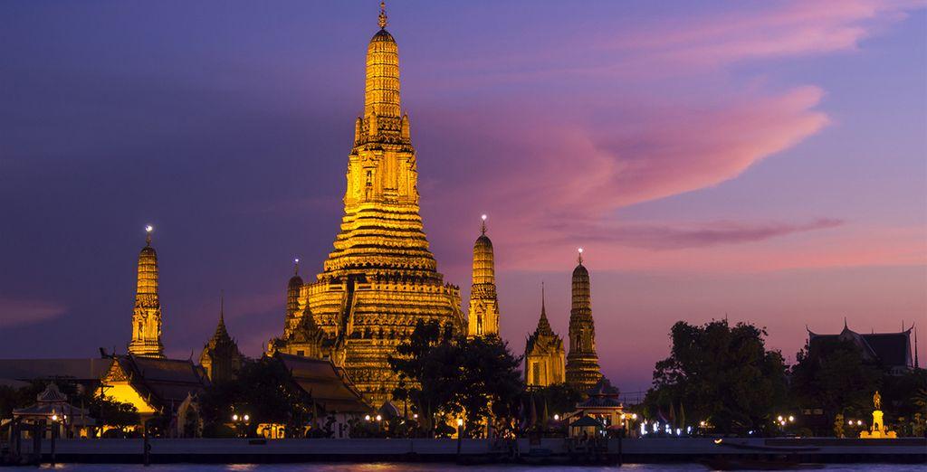 Vista Pra Prang de Wat Arun templo, templo tailandés famoso a través del río Chao Phraya, Bangkok