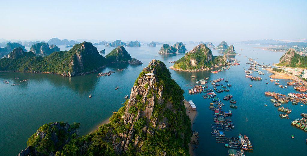 El paisaje místico de la Bahía de Halong, donde miles de islas de piedra caliza sobresalen del mar esmeralda