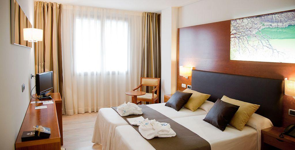 Descansa en una confortable habitación Estándar o una Superior bajo disponibilidad