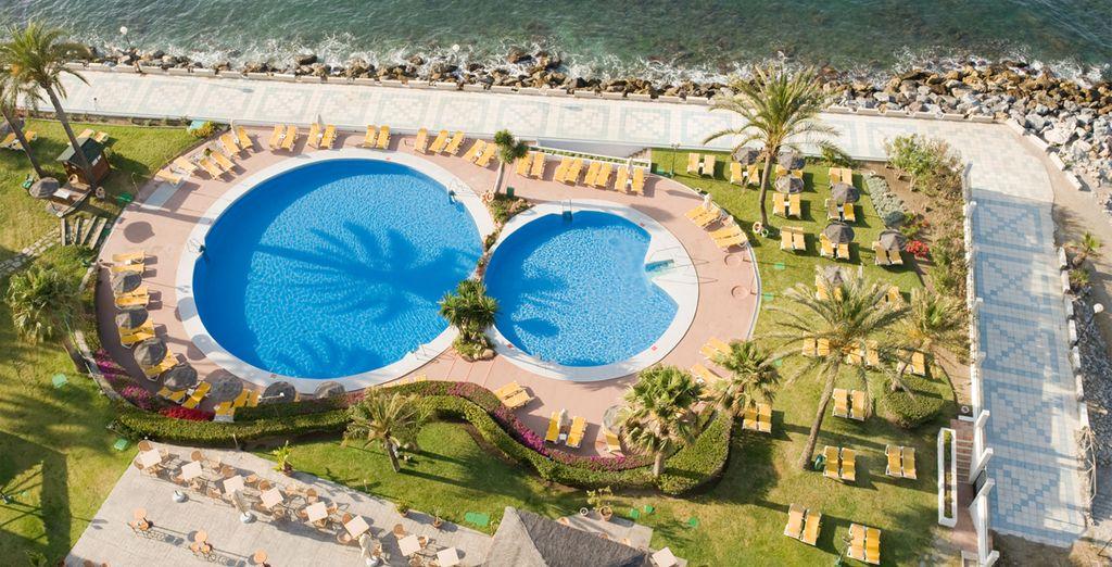 Date un refrescante baño en sus 2 piscinas al aire libre