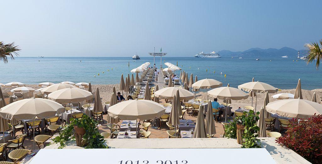El hotel cuenta con playa y embarcadero privados