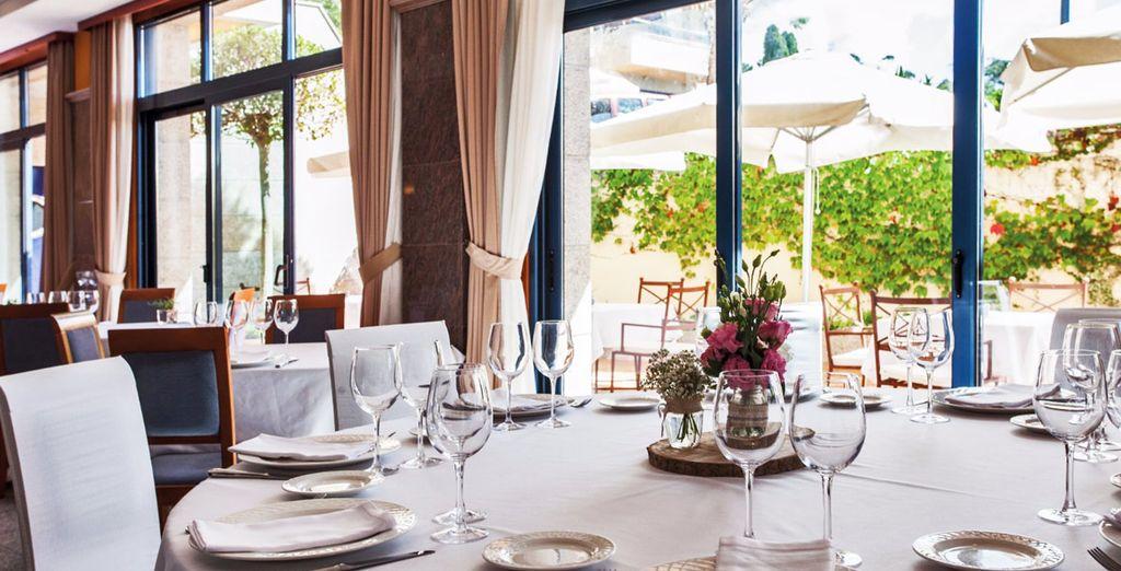 El hotel pone a tu disposición una cafetería y un elegante restaurante donde disfrutar de tu media pensión