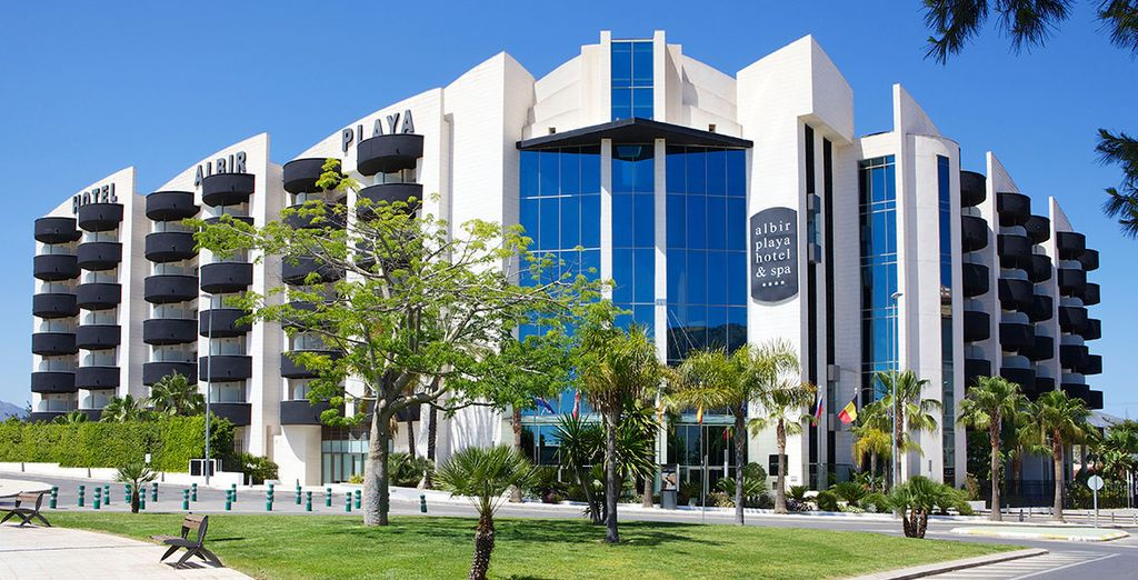 Tu hotel presume de una ubicación envidiable a escasos minutos de la playa de Alfaz del Pi