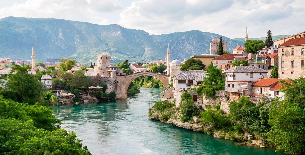 Visitarás Mostar, en Bosnia-Herzegovina, considerada una de las ciudades más bellas y emblemáticas de los Balcanes