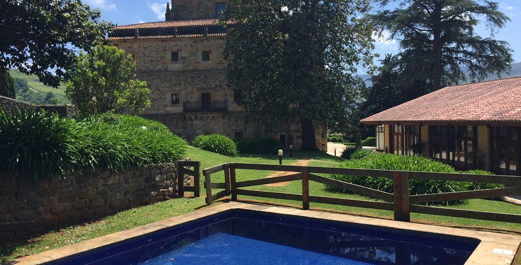 Disfruta de la piscina exterior en un entorno ideal, el Valle de Villacarriedo