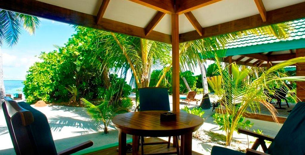 Pasa momentos de relax en la terraza de tu Sunset Beach villa