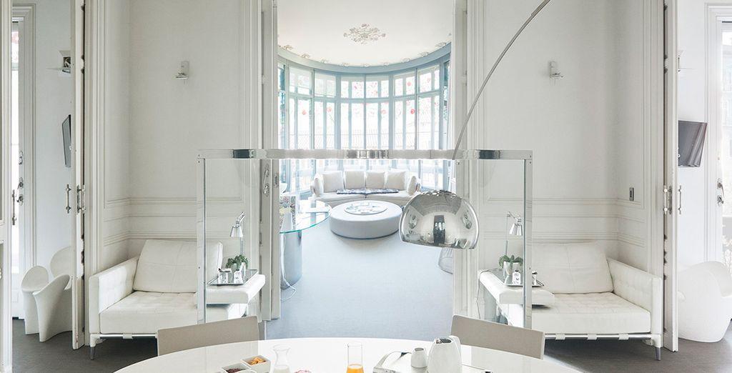 Te alojarás en una amplia y sofisticada Suite Mezzanine Tibidabo en el Palauet Living Barcelona