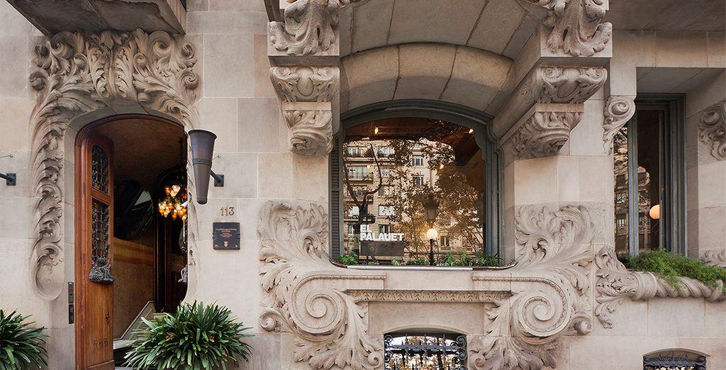 Un hotel con una elegante entrada