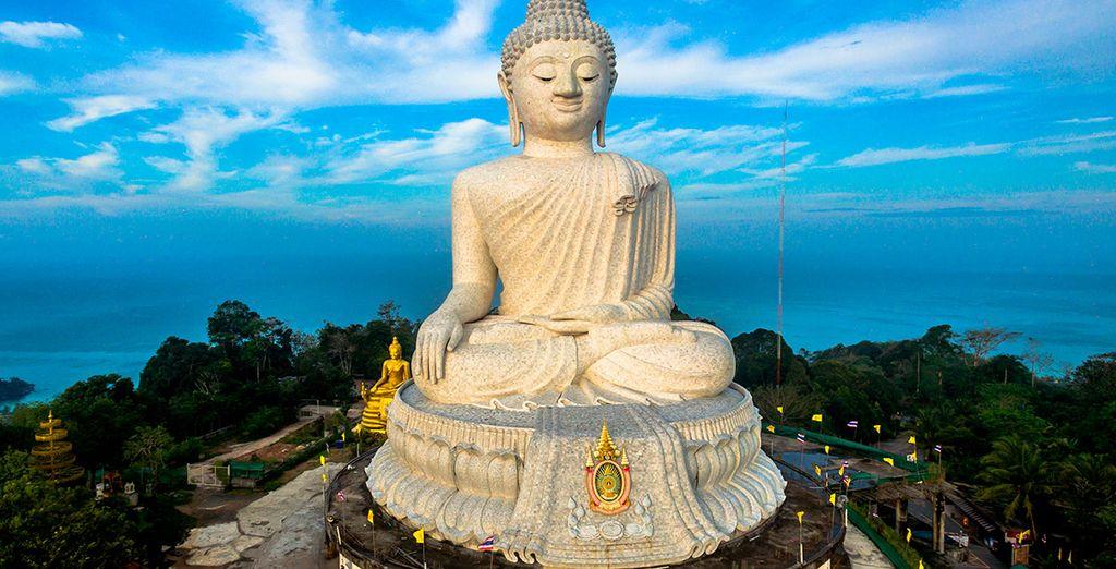 Contempla el Gran Buda ubicado en una de las colinas de Phuket