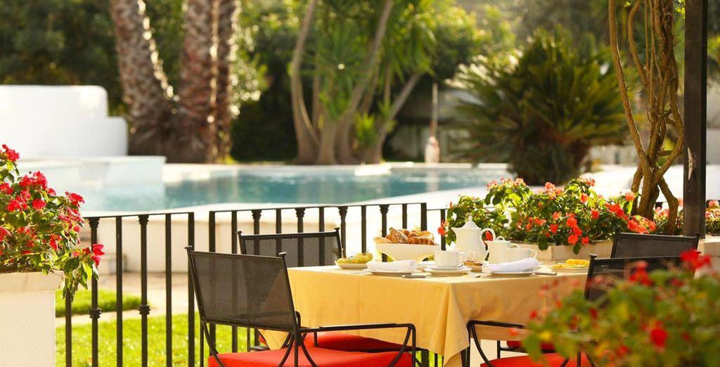 De una elegancia sobria y atemporal el hotel recibe huéspedes que buscan la serenidad de las llanuras del Alentejo
