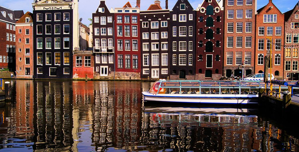 La bella arquitectura rodea sus canales