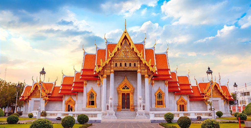 Acércate al templo budista Wat Benchamabophit Dusitvanaram, también conocido como el templo de mármol