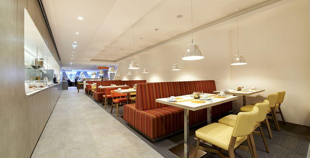 Disfruta del moderno y acogedor restaurante