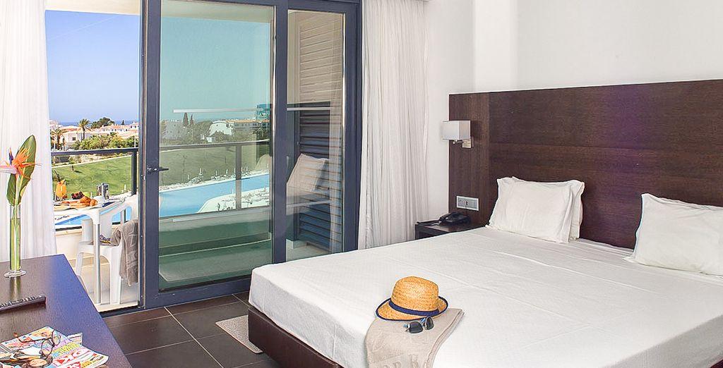 Te alojarás en una habitación amplia y moderna para tu descanso