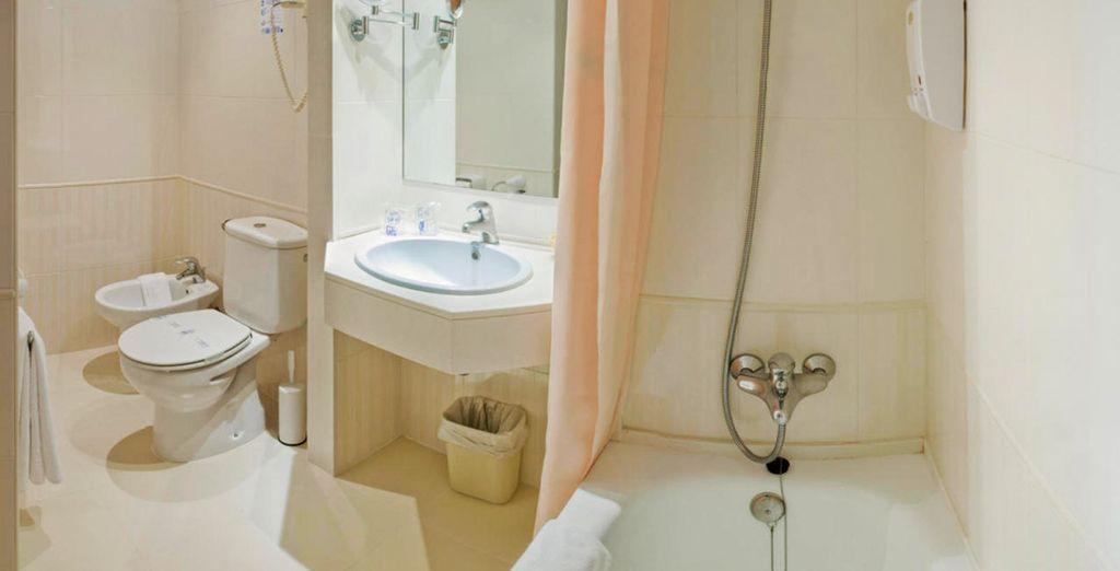 Un alojamiento completo con un baño totalmente equipado