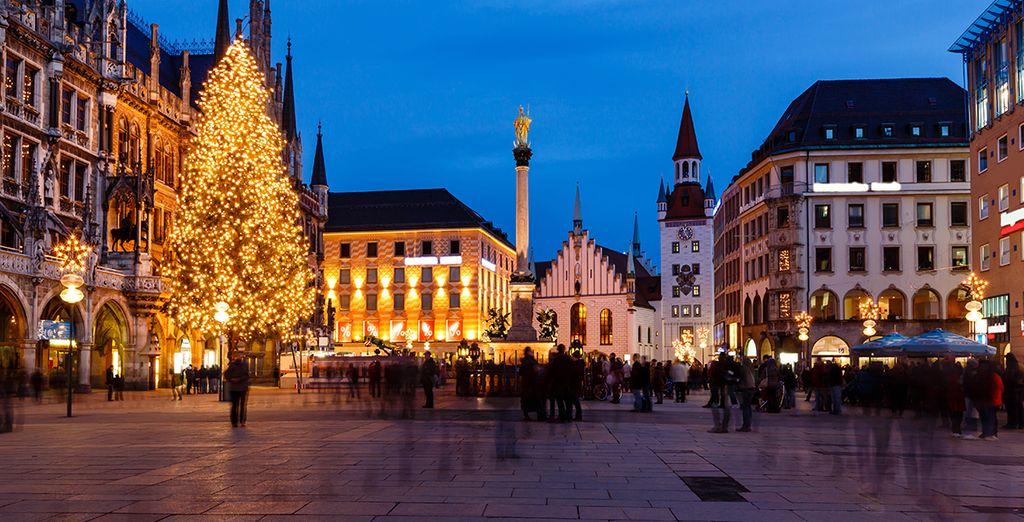 Realizarás una visita panorámica donde descubrirás la famosaPlaza de Marienplatz...