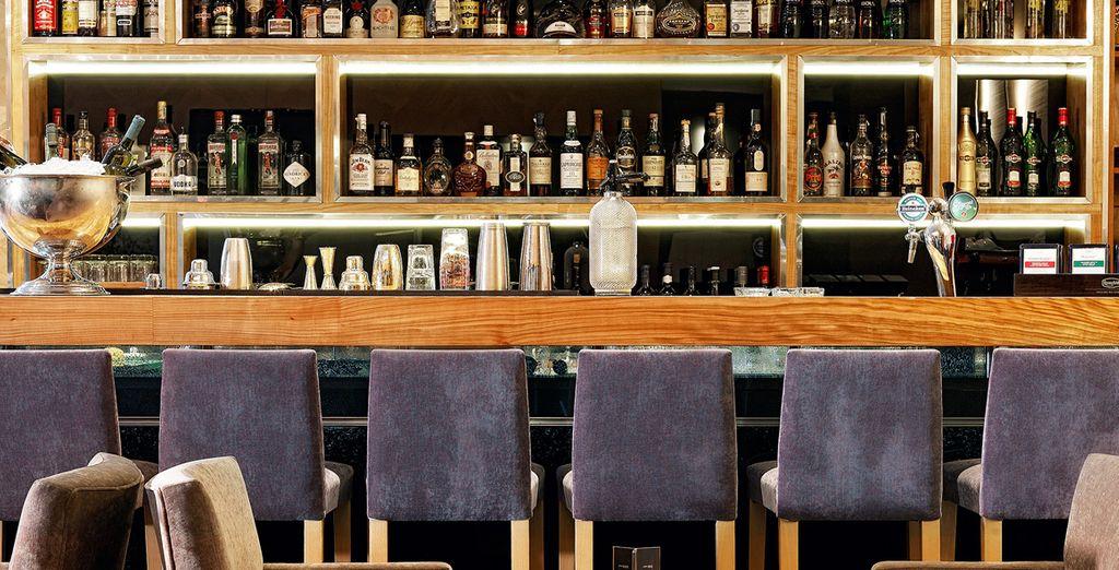 Relájate con una copa o cóctel en el Bar Kando