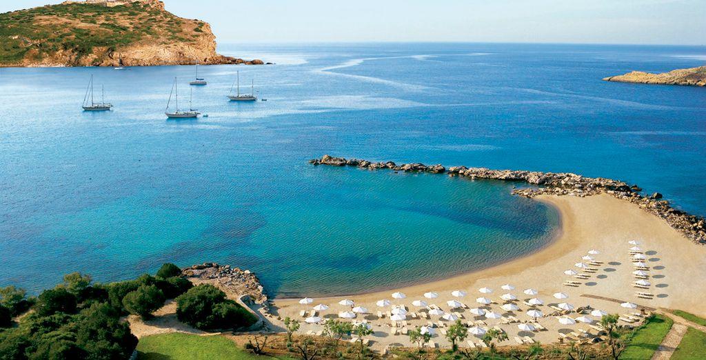 Un hotel exclusivo con vistas a la bahía de Sounio y al templo de Poseidón con playa privada