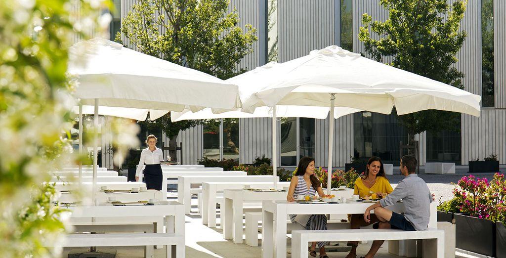 Toma una copa o un café en la tranquila terraza