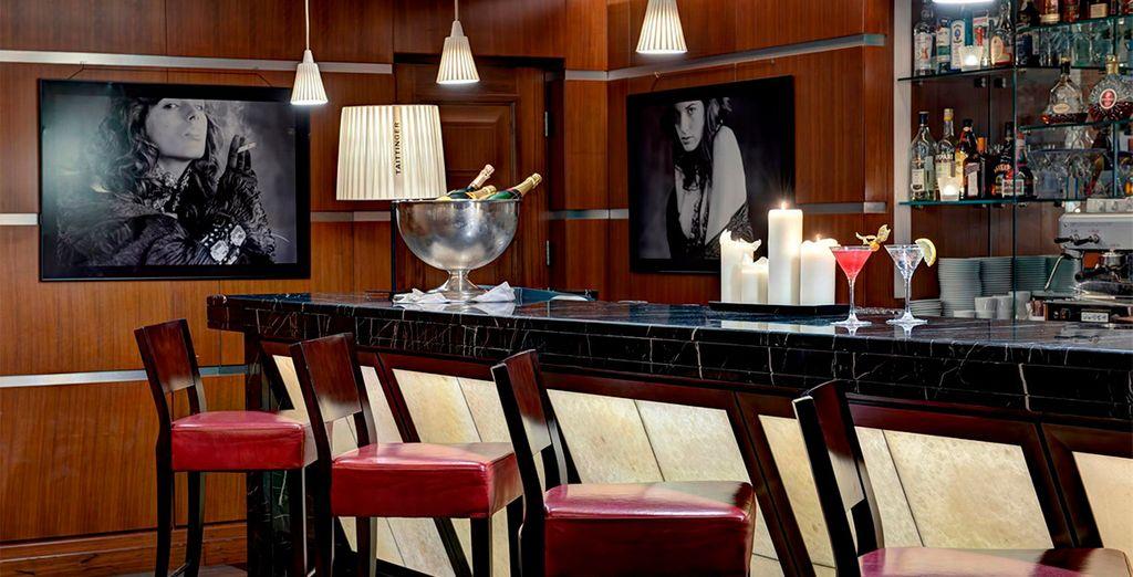 Toma un cóctel en el Nevsky Bar & Lounge