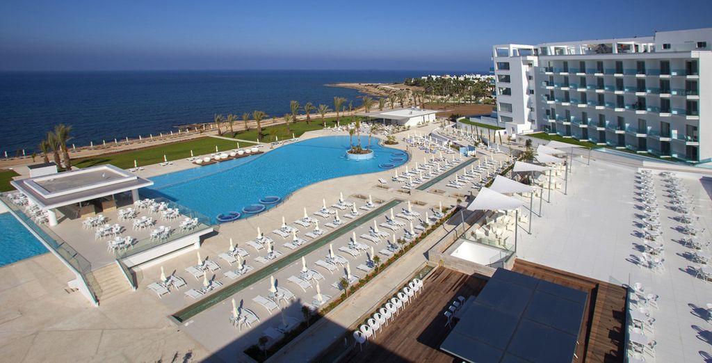 Deja su equipaje en el King Evelthon Beach Hotel & Resort 5* y ...