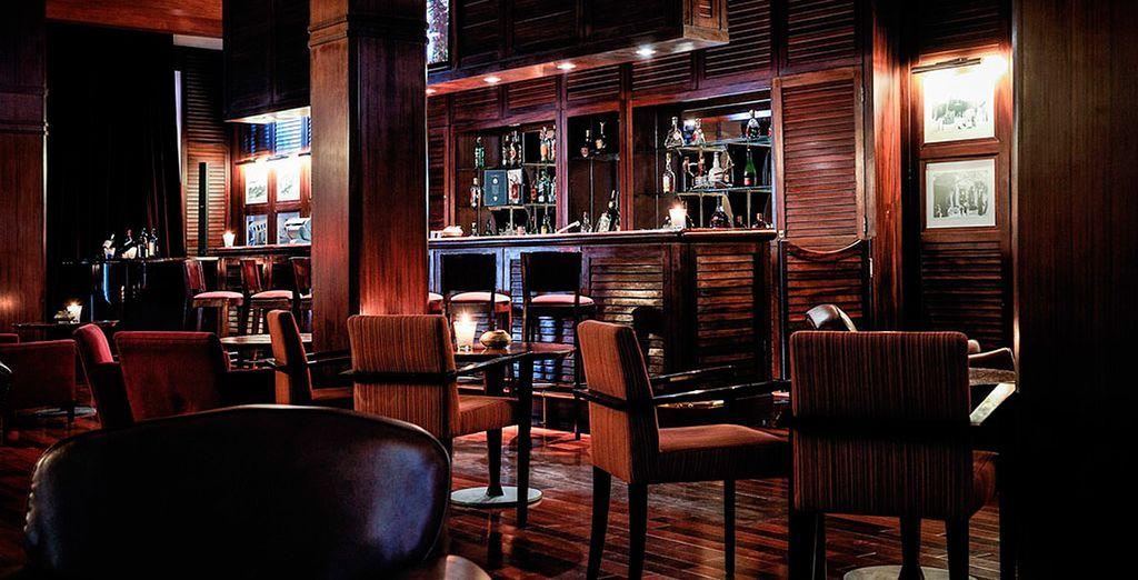 Tómate una copa en el bar del hotel