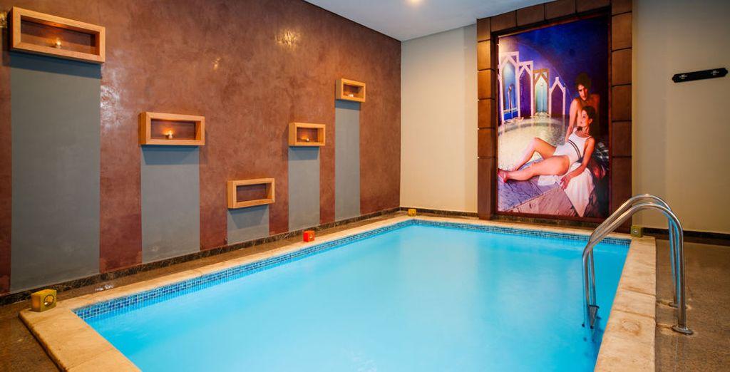El hotel cuenta con dos piscinas cubiertas climatizadas
