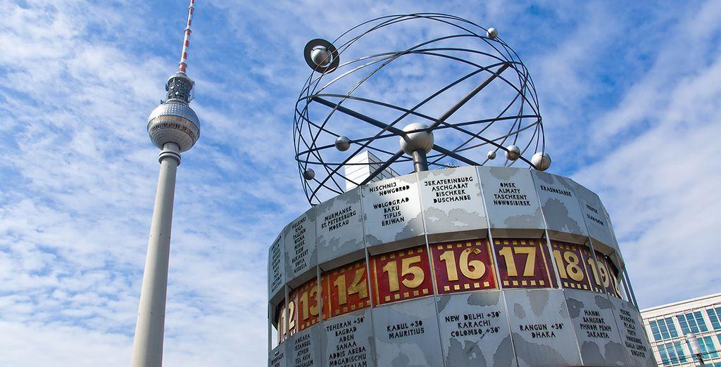 Reloj Mundial que está instalado en la gran plaza de Alexanderplatz