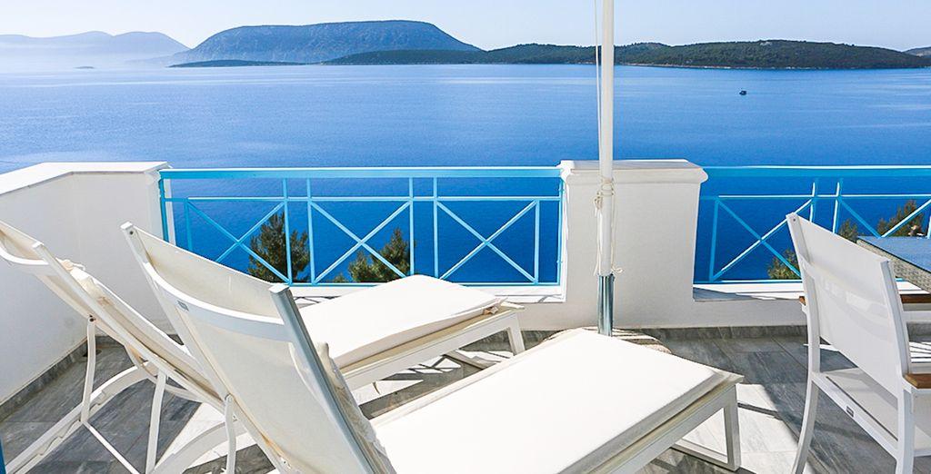 Relájate y túmbate frente al mar Egeo