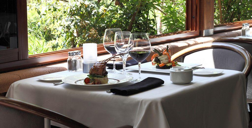 El restaurante Plató, situado en la planta baja, ofrece vistas al río