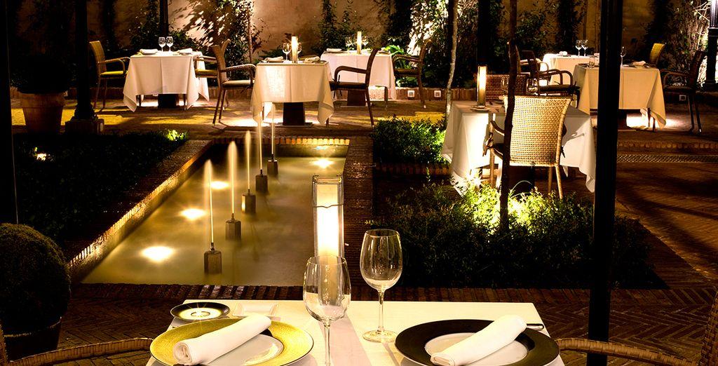 El jardín conduce a un precioso patio interior típicamente andaluz