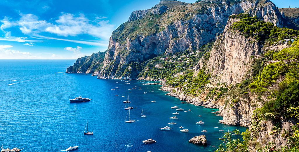 Completa tu estancia con una visita opcional a la isla de Capri, te dejará embelesado