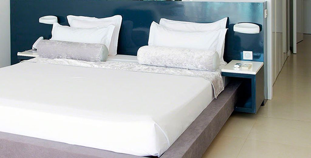 O bien podrás descansar en tu Junior Suite con Vistas al Mar