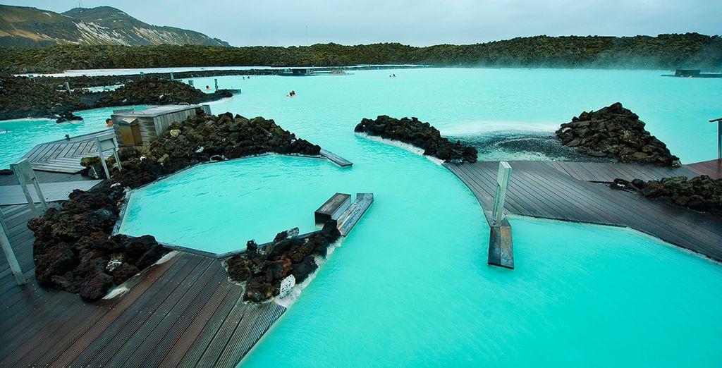 Aprovecha para visitar la Laguna Azul y báñate en sus aguas termales