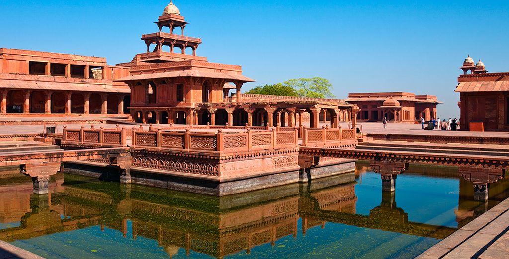 De camino a Agra, pararás en Fatehpur Sikri, una ciudad bien conservada con sus palacios, estancias y jardines