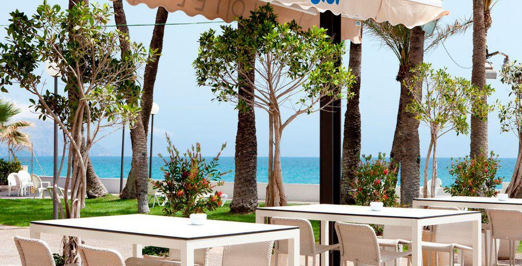 Ubicada frente a la piscina y el mar, aquí podrás disfrutar de exquisitas carnes a la brasa, ensaladas, brochetas, pescados, verduras a la plancha…