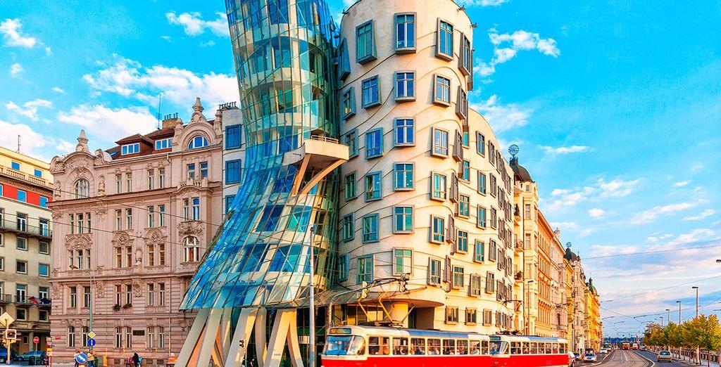 Contempla edificios tan espectaculares como la Casa Danzante de Frank Gehry