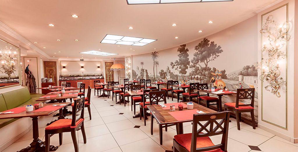 El desayuno se sirve en esta sala inspirada en el templo hindú Akshardham