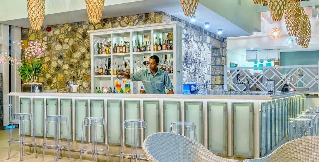 Tómate un refrescante cóctel en el bar