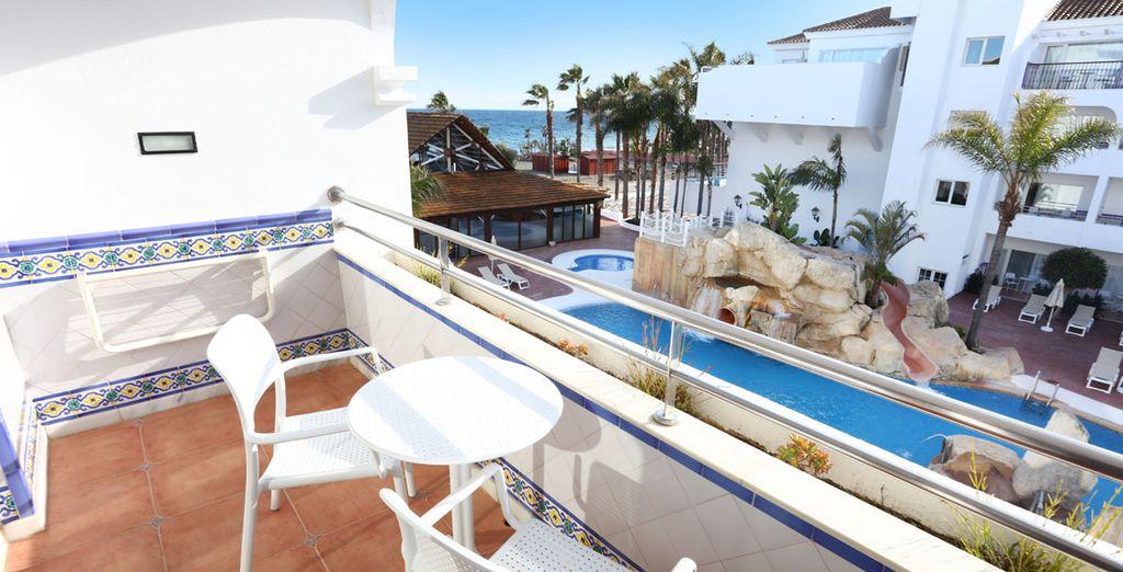 Relájate en tu terraza privada y disfruta del panorama