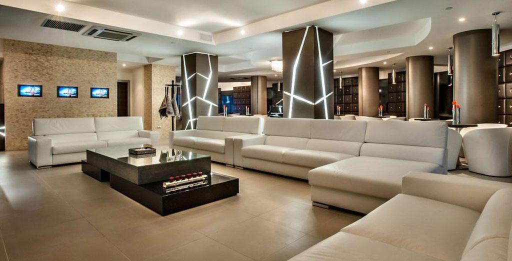 Cómodos sofás en el vestíbulo para tu disfrute