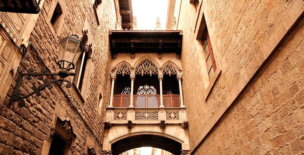 Pasea por el encantador barrio gótico de Barcelona