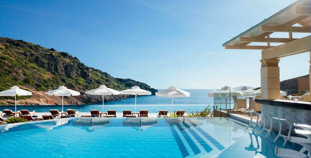 Donde el azul de la piscina se funde con el del mar Mediterráneo